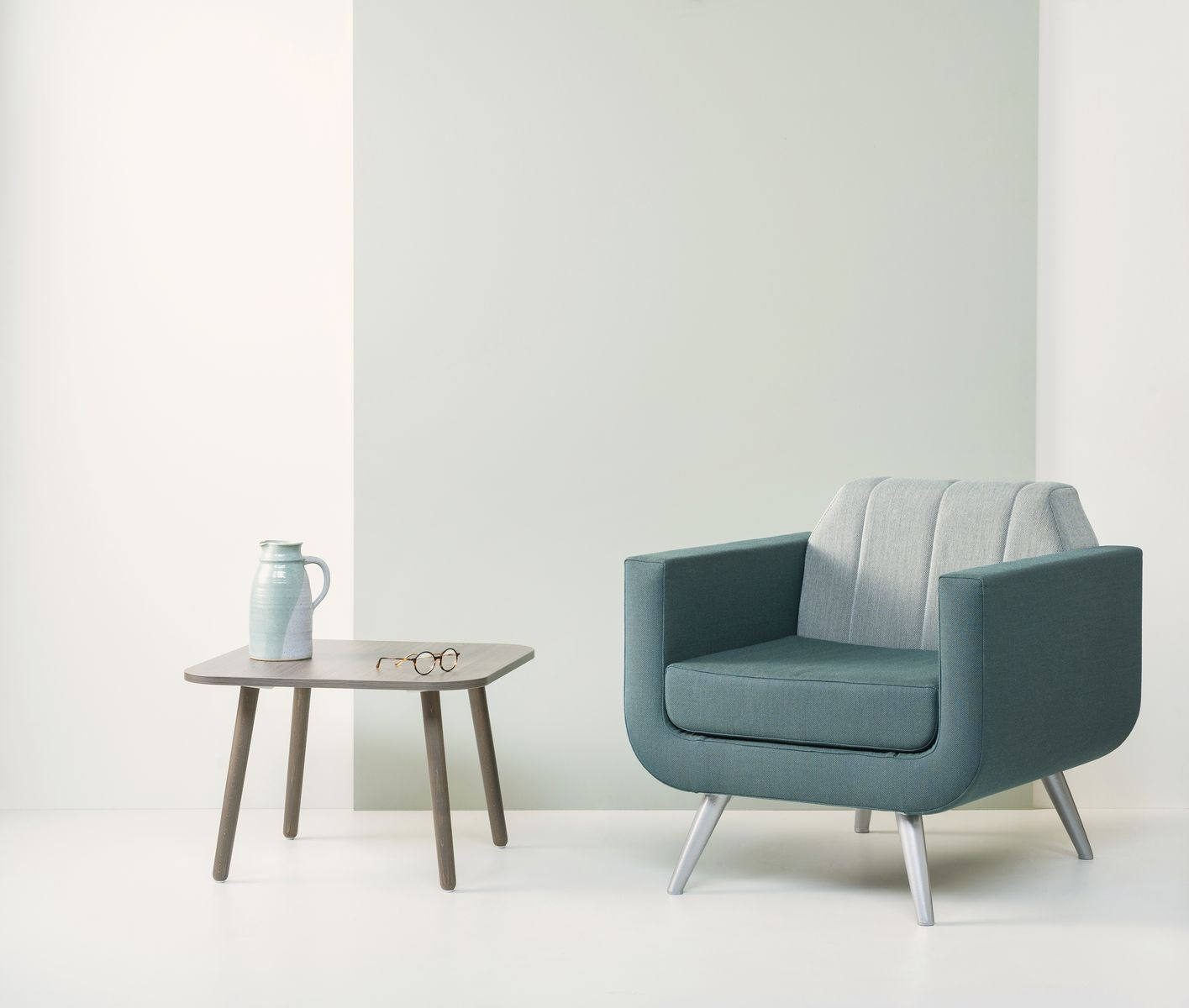 https://vepa.nl/wp-content/uploads/2019/09/Skeef-hout-laag-vierkant-60x60-met-Rocco-stoel.jpg